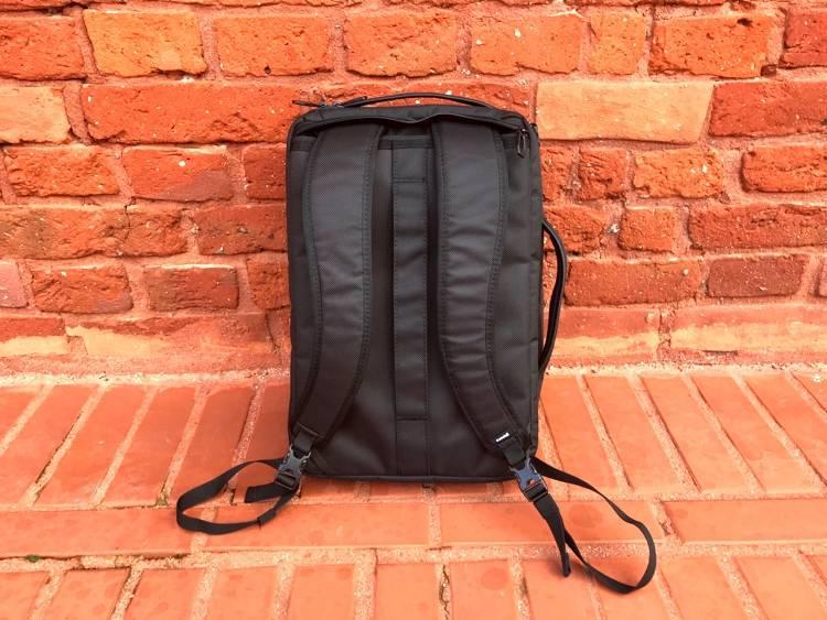 4f5415ecc695c Torba-plecak Thule Accent wyposażona jest też w rączki, pozwalające na jej  wygodne trzymanie w dłoni. Pozwalają one na łatwe podniesienie jej np. z  drugiego ...
