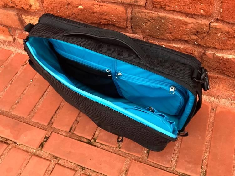 c8f3e14574101 Jak w przypadku innych toreb i plecaków marki Thule także w tej  przygotowano dla użytkownika kilka komór o różnym przeznaczeniu. Jest więc  zamykana osobno ...