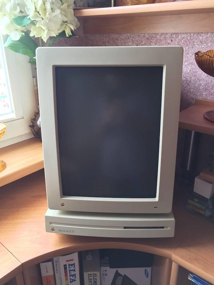 Macintosh LC II z monitorem całostronicowym