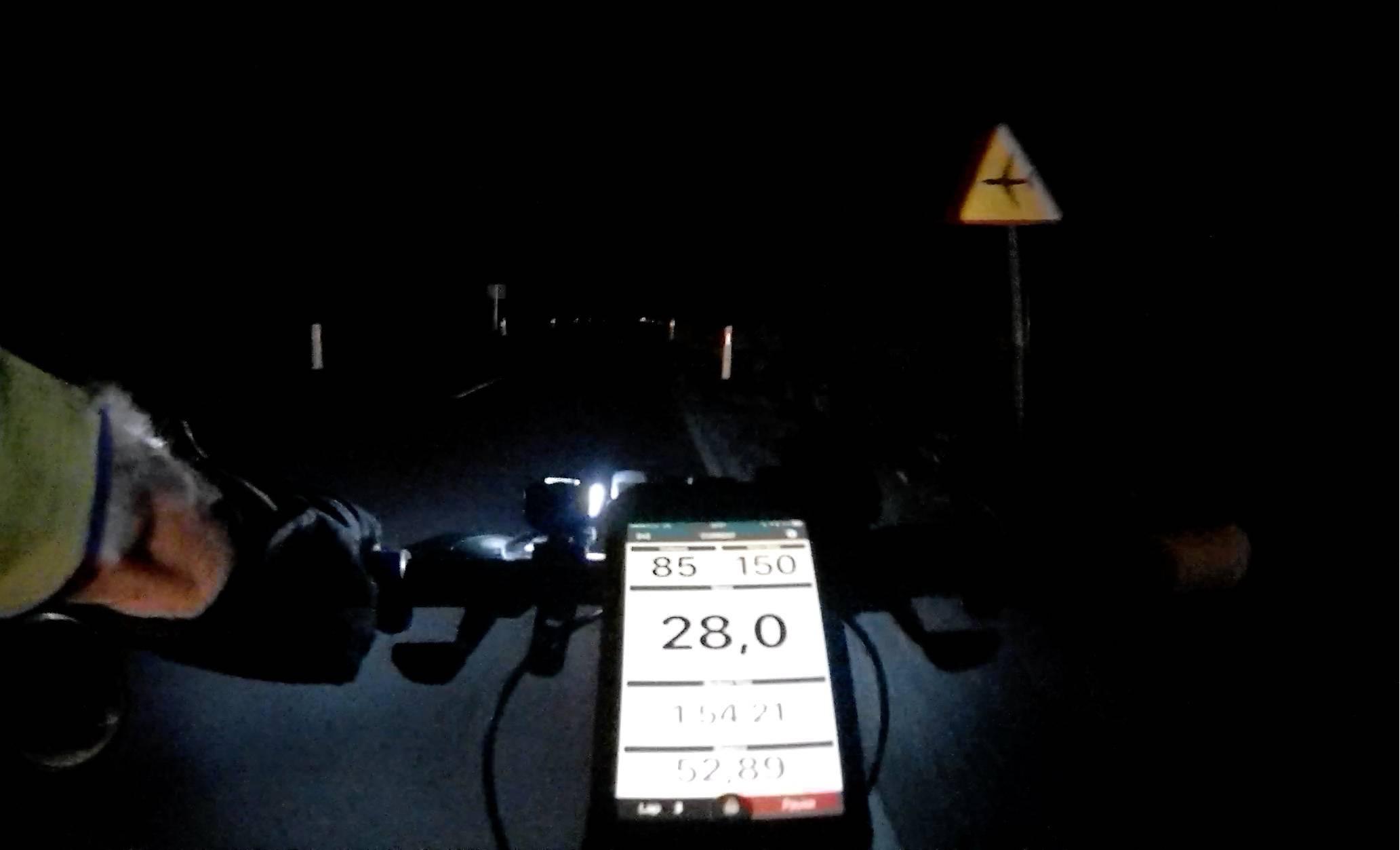 Rokform Rugged Case na rowerze nocą